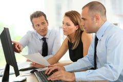 Бизнесмены работая на компьютере на офисе Стоковое Изображение RF
