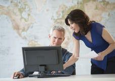 Бизнесмены работая на компьютере на столе офиса Стоковое Изображение RF