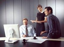 Бизнесмены работая на компьютере Стоковое фото RF