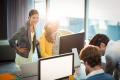 Бизнесмены работая на компьютере Стоковое Изображение