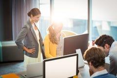 Бизнесмены работая на компьютере Стоковые Фотографии RF