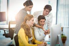 Бизнесмены работая на компьютере Стоковая Фотография RF