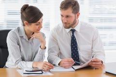 Бизнесмены работая на документах Стоковое Фото