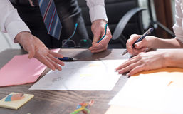 Бизнесмены работая на документах Стоковые Изображения RF