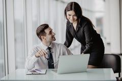 3 бизнесмены работая на офисе с обработкой документов используя компьтер-книжку в офисе Стоковое Изображение RF