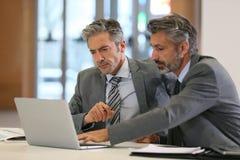 бизнесмены работая на офисе Стоковое Изображение RF