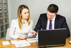 Бизнесмены работая на офисе Стоковое Фото