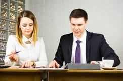 Бизнесмены работая на офисе Стоковая Фотография
