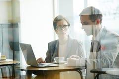 Бизнесмены работая на перерыве на чашку кофе Стоковое Фото