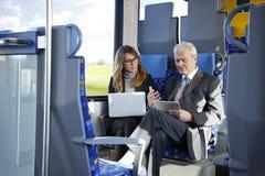 Бизнесмены работая на поезде Стоковые Изображения RF