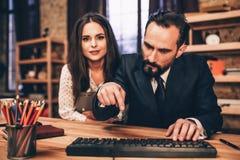 Бизнесмены работая на проекте в офисе Стоковые Фото