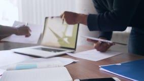 Бизнесмены работая на столе в офисе сток-видео
