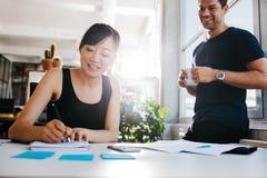 2 бизнесмены работая на столе совместно Стоковое Фото
