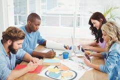 Бизнесмены работая на столе Стоковые Фото