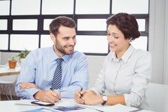 Бизнесмены работая на столе Стоковые Изображения RF