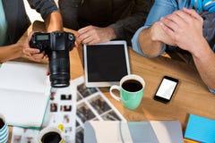 Бизнесмены работая на таблице в творческом офисе Стоковые Фотографии RF