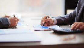 2 бизнесмены работая сидеть в таблице близкие руки вверх Стоковое Изображение