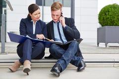 Бизнесмены работая совместно дальше Стоковое Изображение