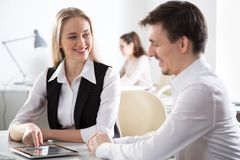Бизнесмены работая совместно в офисе стоковые изображения rf