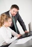 Бизнесмены работая совместно в офисе с компьютером Стоковые Изображения