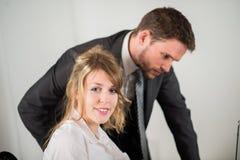 Бизнесмены работая совместно в офисе с компьютером Стоковое Изображение