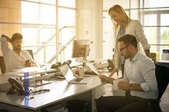Бизнесмены работая бизнесмены совместно в офисе coll Стоковая Фотография RF