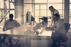 Бизнесмены работая бизнесмены совместно в офисе coll Стоковые Фотографии RF