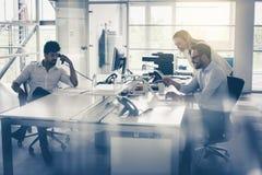 Бизнесмены работая бизнесмены совместно в офисе coll Стоковое фото RF