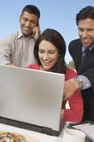 Бизнесмены работая совместно на компьтер-книжке Стоковые Изображения RF