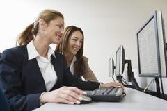 Бизнесмены работая совместно на компьютере Стоковые Фото