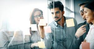 Бизнесмены работая совместно на проекте Стоковое Изображение