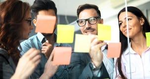 Бизнесмены работая совместно на проекте Стоковое фото RF