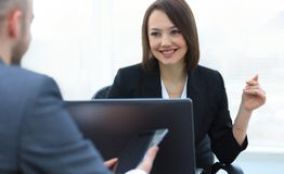 Бизнесмены работая совместно на столе в офисе Стоковое фото RF