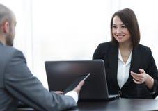 Бизнесмены работая совместно на столе в офисе Стоковое Фото