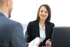 Бизнесмены работая совместно на столе в офисе Стоковые Изображения RF