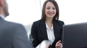 Бизнесмены работая совместно на столе в офисе Стоковое Изображение