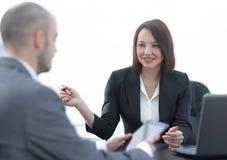 Бизнесмены работая совместно на столе в офисе Стоковые Изображения