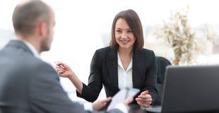 Бизнесмены работая совместно на столе в офисе Стоковая Фотография