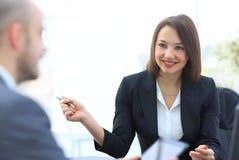 Бизнесмены работая совместно на столе в офисе Стоковые Фотографии RF