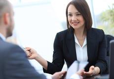 Бизнесмены работая совместно на столе в офисе Стоковые Фото