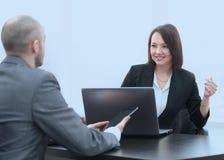 Бизнесмены работая совместно на столе в офисе Стоковое Изображение RF
