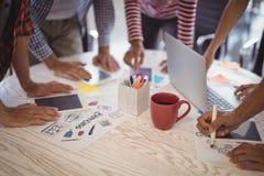 Бизнесмены работая совместно на столе офиса Стоковая Фотография