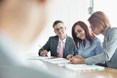Бизнесмены работая совместно на столе переговоров Стоковые Изображения RF