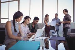 Бизнесмены работая совместно на столе Стоковые Изображения RF