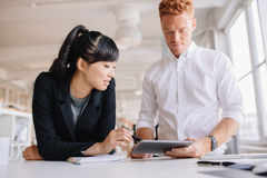 Бизнесмены работая совместно на цифровой таблетке Стоковое Изображение