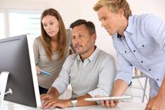 Бизнесмены работая совместно Стоковое Изображение RF