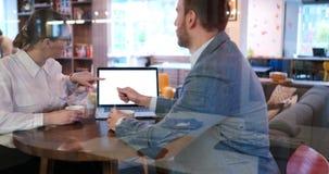Бизнесмены работая с компьтер-книжкой в офисе Стоковое Изображение