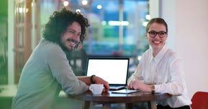 Бизнесмены работая с компьтер-книжкой в офисе Стоковая Фотография