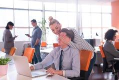 2 бизнесмены работая с компьтер-книжкой в офисе Стоковое Изображение RF