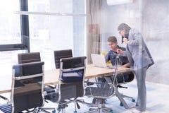 Бизнесмены работая с компьтер-книжкой в офисе Стоковые Фото